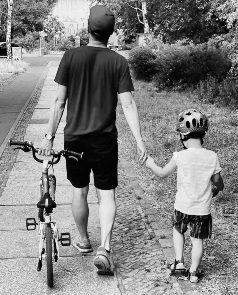 Falk läuft mir seinem Sohn an der Hand